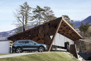 Parkierter SEAT Tarraco SUV vor Restaurant