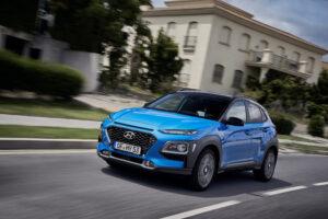 Hyundai Kona hybrid fahrend vor italienischer Villa