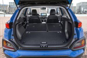 Hyundai Kona hybrid mit offenem Kofferraum