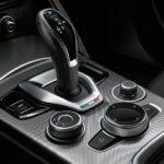 Alfa Romeo Stelvio MY20 Detailansicht Mittelkonsole mit Schaltknau und Entertainmentregler